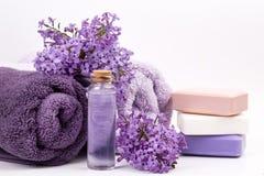 Lila Naturkosmetik, handgemachte Vorbereitung von ätherischen Ölen, Parfüm, sahnt, seift von den frischen und lila Blumen ein stockfotos