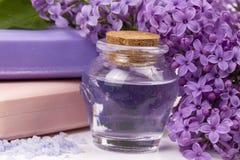 Lila Naturkosmetik, handgemachte Vorbereitung von ätherischen Ölen, Parfüm, sahnt, seift von den frischen und lila Blumen ein stockbild