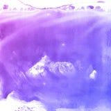 Lila- och blåttvattenfärgen målar bakgrund som märker urklippsboken, skissar Arkivbild