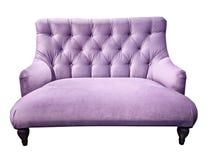 lila sofa Mjuk lilasoffa Isolerad bakgrund Veloursetee eller bänk plats för Soffa-typ screedförälskelse med capitone royaltyfria foton