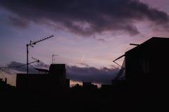 Lila Sonnenuntergang und viele Schattenbilder von Dächern mit Antennen, Barcel stockfotos
