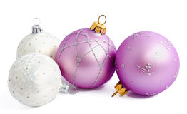 Lila und weißes Weihnachtsbälle lokalisiert auf einem Weiß Lizenzfreie Stockfotos