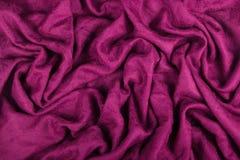 Lila woolen tyg med vågor skrynkligt tyg Woolen sjal Fotografering för Bildbyråer