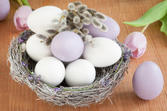 Lila y huevos blancos en una jerarquía Imagen de archivo libre de regalías