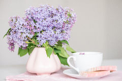 Lilablom, kaffe och fruktfuskverk Royaltyfri Fotografi