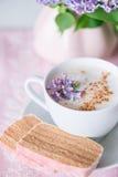 Lilablom, kaffe och fruktfuskverk Royaltyfri Bild