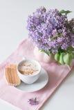 Lilablom, kaffe och fruktfuskverk Royaltyfria Bilder