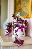 Lilablomma i livingroomen Royaltyfri Bild