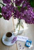 Lilablommor och kaffe Royaltyfri Fotografi