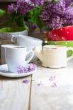 Lilablommor och kaffe Royaltyfria Foton