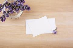 Lilablommor och tomma kort Arkivbild