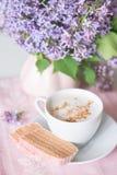 Lilac bloei, koffie en fruitzachte toffee Stock Fotografie