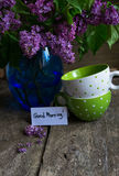 Lilac bloemen in de vaas Stock Afbeeldingen