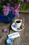 Lilac bloemen en koffie Royalty-vrije Stock Afbeelding
