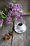 Lilac bloemen en koffie Royalty-vrije Stock Foto's