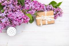 Lilac bloemen, giftdoos op witte houten achtergrond royalty-vrije stock afbeelding