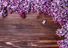 Lilac bloemen op een oude houten raad Stock Fotografie