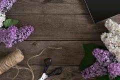 Lilac bloesem op rustieke houten achtergrond met lege ruimte voor groetbericht Hoogste mening Royalty-vrije Stock Fotografie