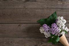 Lilac bloesem op rustieke houten achtergrond met lege ruimte voor groetbericht Hoogste mening Stock Foto