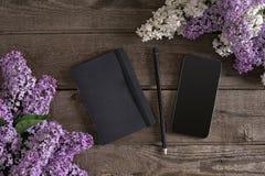Lilac bloesem op rustieke houten achtergrond met notitieboekje voor groetbericht Hoogste mening Stock Afbeeldingen