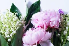 Lilac, roze pioenen en lilly van walley royalty-vrije stock afbeeldingen