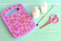 Lilac scherpe die raad van natuurlijk die hout wordt gemaakt met decoupagetechniek wordt verfraaid Houten hakbord met bloemenpatr Stock Foto