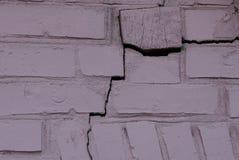 Lilac steentextuur van bakstenen en barsten in de muur stock afbeelding