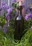 Lilacs e frasco de vinho Imagem de Stock Royalty Free