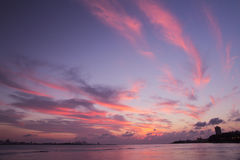Lilafjädermoln visades i Tamsui himmel Arkivbild