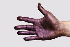 Lilahand som visar fem fingrar Arkivbild