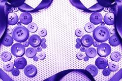 Lilaknappar med bandbakgrund Arkivfoto