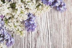 Lilan blommar buketten på träplankabakgrund royaltyfri foto