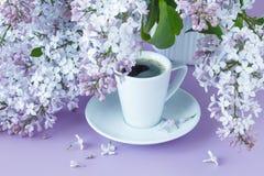Lilas dans la cruche blanche avec du café photo libre de droits