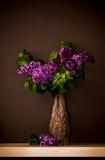 Lilas dans un appui en bois Image stock