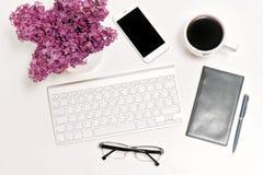 Lilas de carnet en verre de café de téléphone portable de clavier d'ordinateur de lieu de travail Images libres de droits