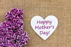 Lilas et un tableau noir avec le texte pour le jour du ` s de mère Photos stock