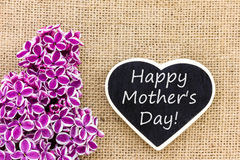 Lilas et un tableau noir avec le texte pour le jour du ` s de mère Images libres de droits