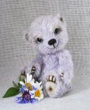 Lilas nounours-portez avec un groupe de fleurs aux bas de la page Photos libres de droits