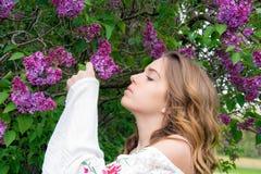 Lilas que huelen del adolescente bonito fotografía de archivo libre de regalías