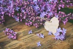 Lilas violet parfumé de bouquet, étiquette de papier image libre de droits