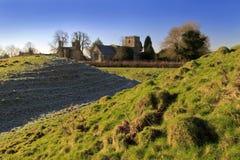 Lilbourne kyrka och slottkullarna Fotografering för Bildbyråer