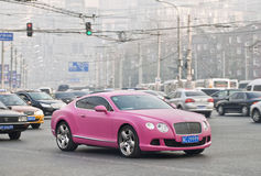 Liliac Bentley Continental GT V8 in het smoggy centrum van Peking Royalty-vrije Stock Afbeelding