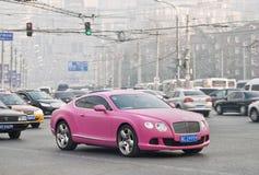 Liliac Bentley Continental GT V8 no centro smoggy do Pequim Imagem de Stock Royalty Free