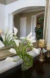 Lilien im Hauptinnenraum Stockfotografie