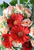 Lilien und Rosen Stockbild