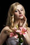 Lilienart und weise portarit mit der Hand nahe dem Gesicht Lizenzfreie Stockfotografie