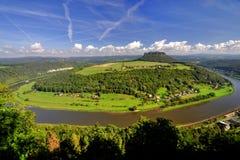 Lilienstein mesa ovanför floden Elbe. arkivfoto
