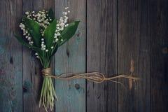 Liljekonvalj på den gamla trätabellen arkivbild