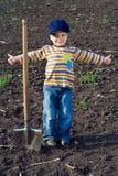 Lilla barn med den stora skyffeln Royaltyfria Foton