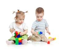 Lilla barn pojke och flicka som tillsammans leker Royaltyfri Foto